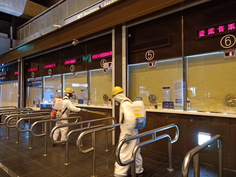 國內新冠肺炎疫情日趨嚴峻,北市環保局防疫消毒大隊除每周持續在全市人潮聚集的九大類場域周邊環境執行消毒。 圖/北市環保局提供