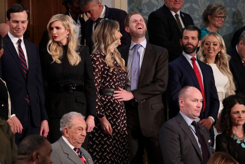 川普前律師柯恩認為,川普可能已秘密特赦自己和他的子女,以及他的私人律師朱利安尼,圖為2019年川普家人等待川普發表總統任內第二次國情咨文演說畫面。路透
