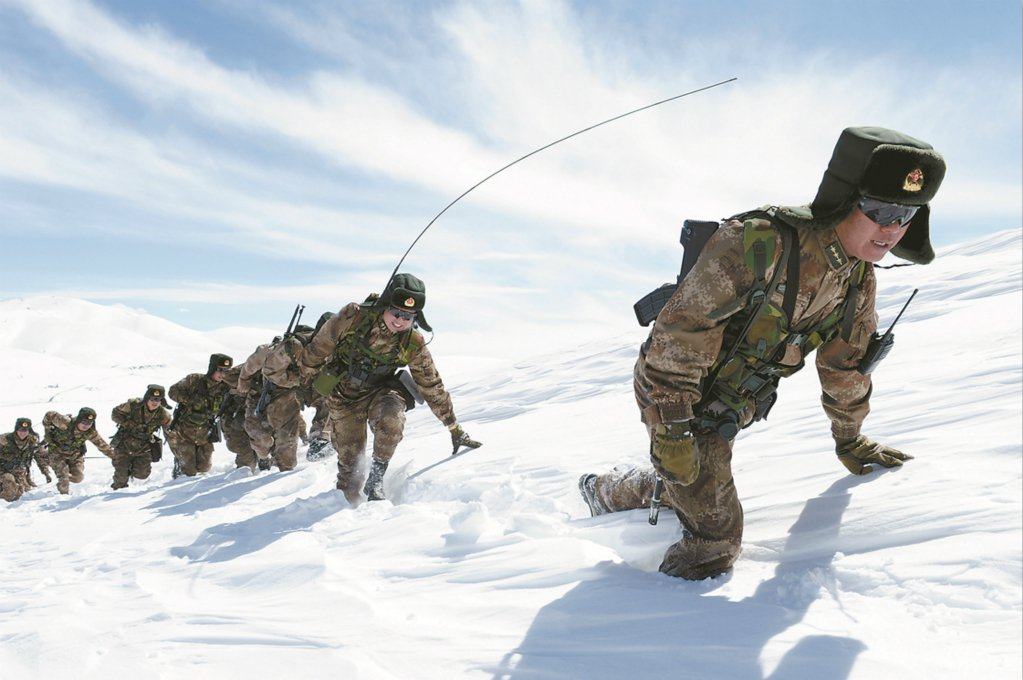 巡邏中印邊界高原雪地的解放軍部隊。(軍報)