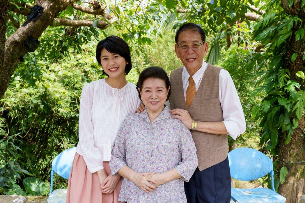 龍劭華(右)與女兒陳璇(左)在「姊姊向前衝」中對戲。圖/大愛提供