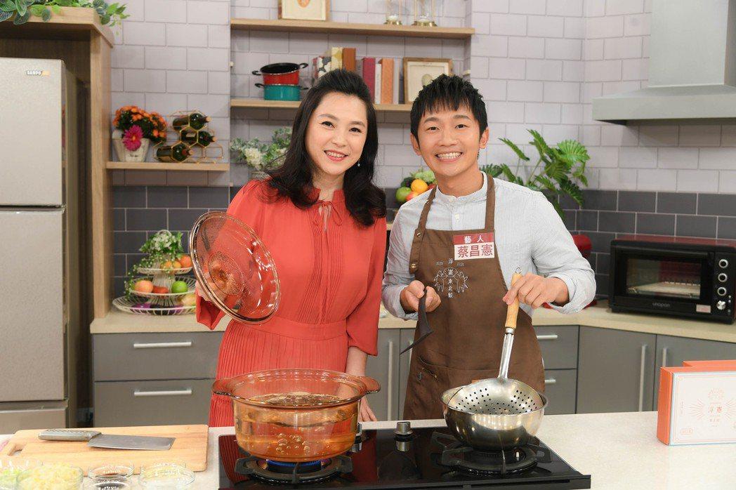 張鳳書(左)主持三立新節目「大嫂研究所」,邀蔡昌憲當來賓。圖/三立提供