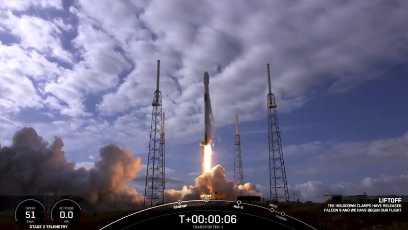 SpaceX 24日順利發射衛星共乘火箭,將143枚衛星發射升空前往太陽同步軌道,除了自家10枚「Starlink」衛星,還有各方133枚衛星,其中更有兩枚由台灣團隊研發,引人注目。法新社