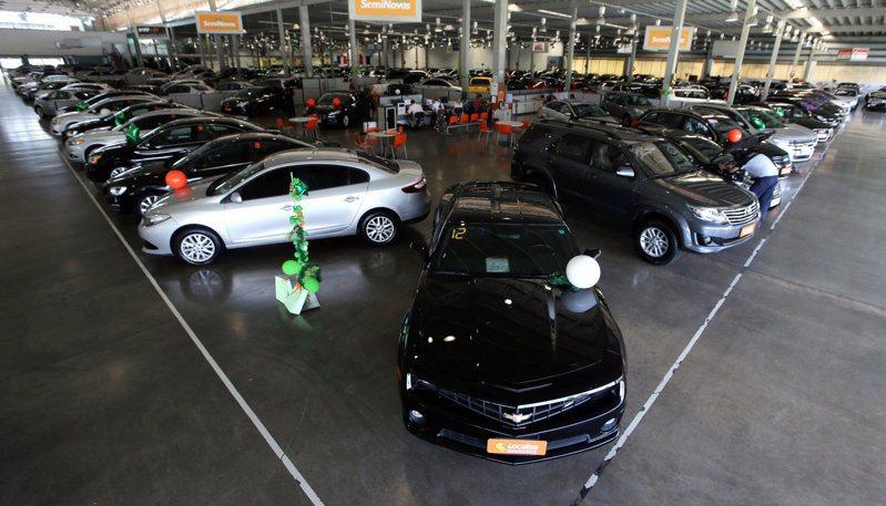 車用晶片短缺迫使一些汽車製造商停止或減少新車生產。路透