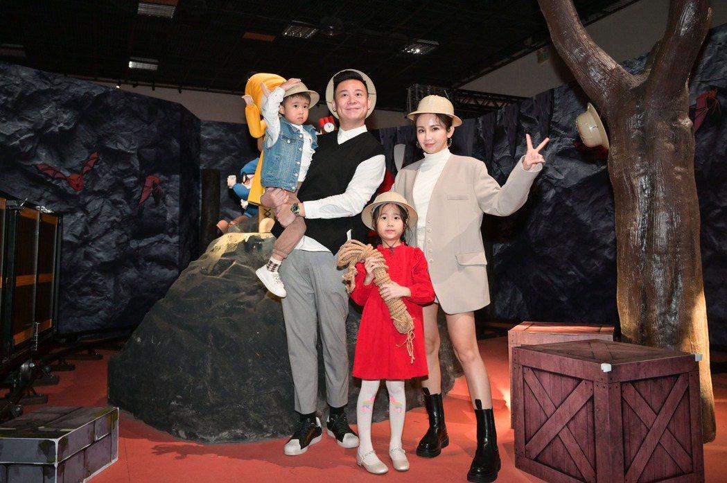 鍾欣怡(右)和老公孫樂欣(左)帶一對兒女看展覽。圖/寬宏藝術提供