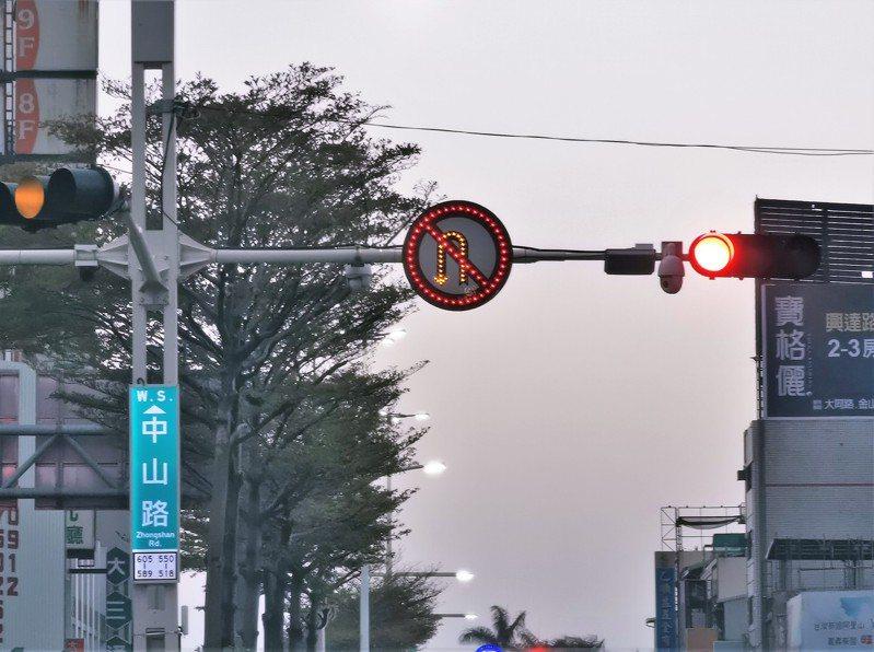 嘉義市中山路與林森西路口及中山路與中正路口,都設置球型鏡頭,可多元取締違規,將於下月1日執法。記者卜敏正/攝影