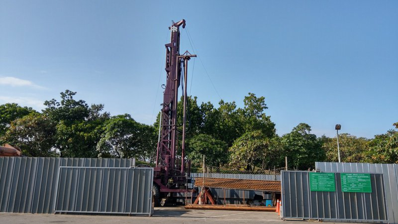 宜蘭冬山河親水公園昨天進行溫泉探勘井鑿設工程,位於親水公園後方停車場,將成為宜蘭縣第四個溫泉區。記者戴永華/攝影