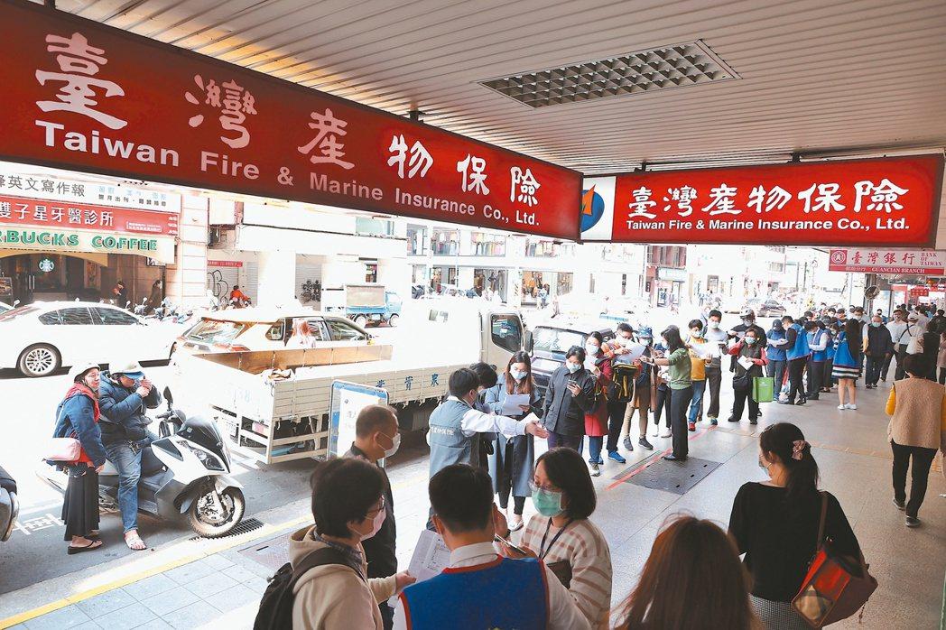 台灣產物保險推出防疫保單,吸引大批民眾前往排隊投保,隊伍昨天一路從台北館前路到南...
