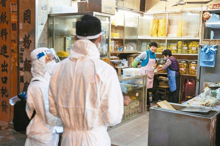日子還是得過 香港又有多名醫護確診染疫。圖為佐敦受限區昨天解封,一店家準備開張。...