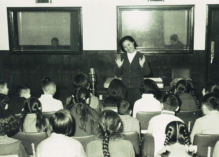 白銀主持「快樂兒童」在節目中教小朋友唱歌。圖/中廣提供