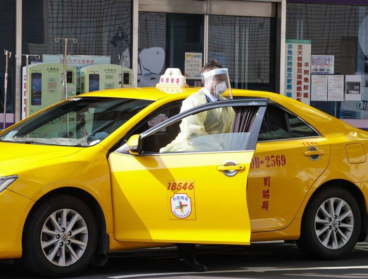 部桃感染擴大,計程車司機穿著全套防護裝備來載客。記者鄭超文/攝影