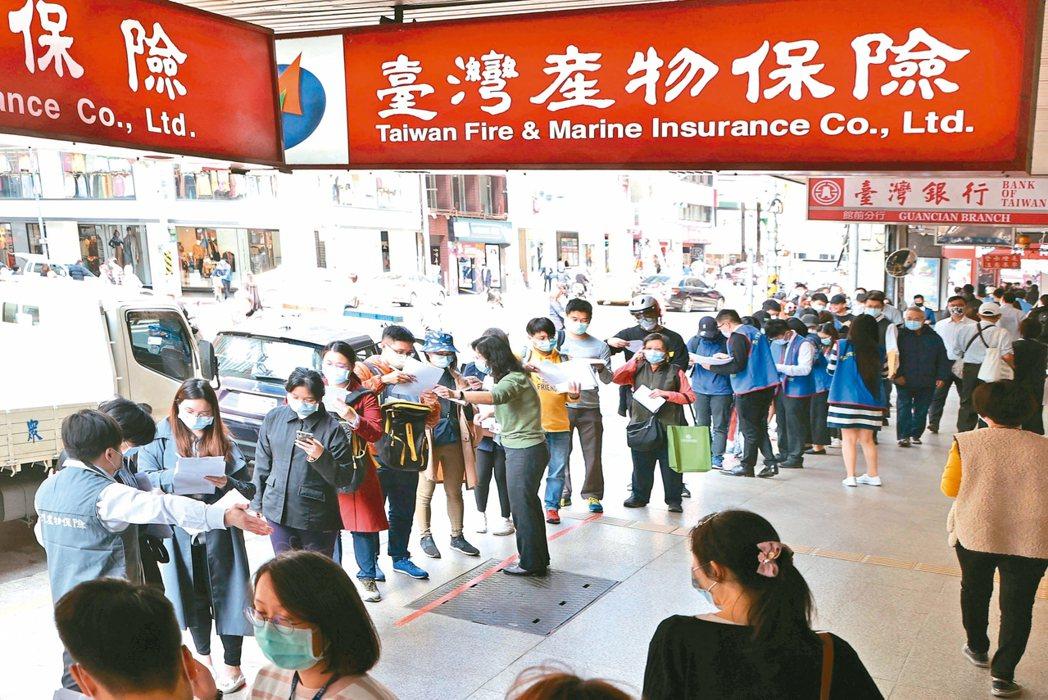 台灣產物保險推防疫保單,保費500元,如被列為居家隔離對象,理賠10萬元。 記者