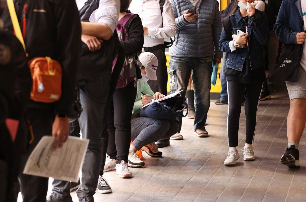 台灣產物保險推出防疫保單,吸引大批民眾前往排隊投保,25日隊伍一路從台北館前路到...