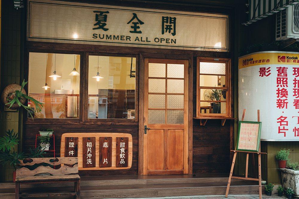 看板的白底黑字來自日本吉他手──高中正義《夏全開》專輯。  攝影/張晉瑞