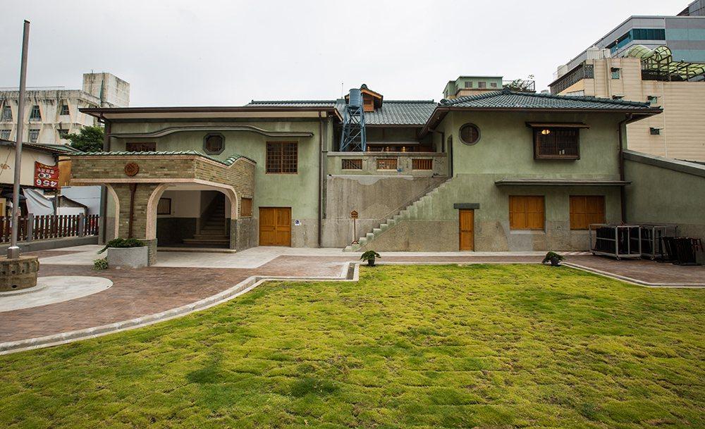 逍遙園綠色屋頂、木造窗櫺,日西合壁的優雅洋房,悄悄坐落在舊眷村民宅一隅。  攝...