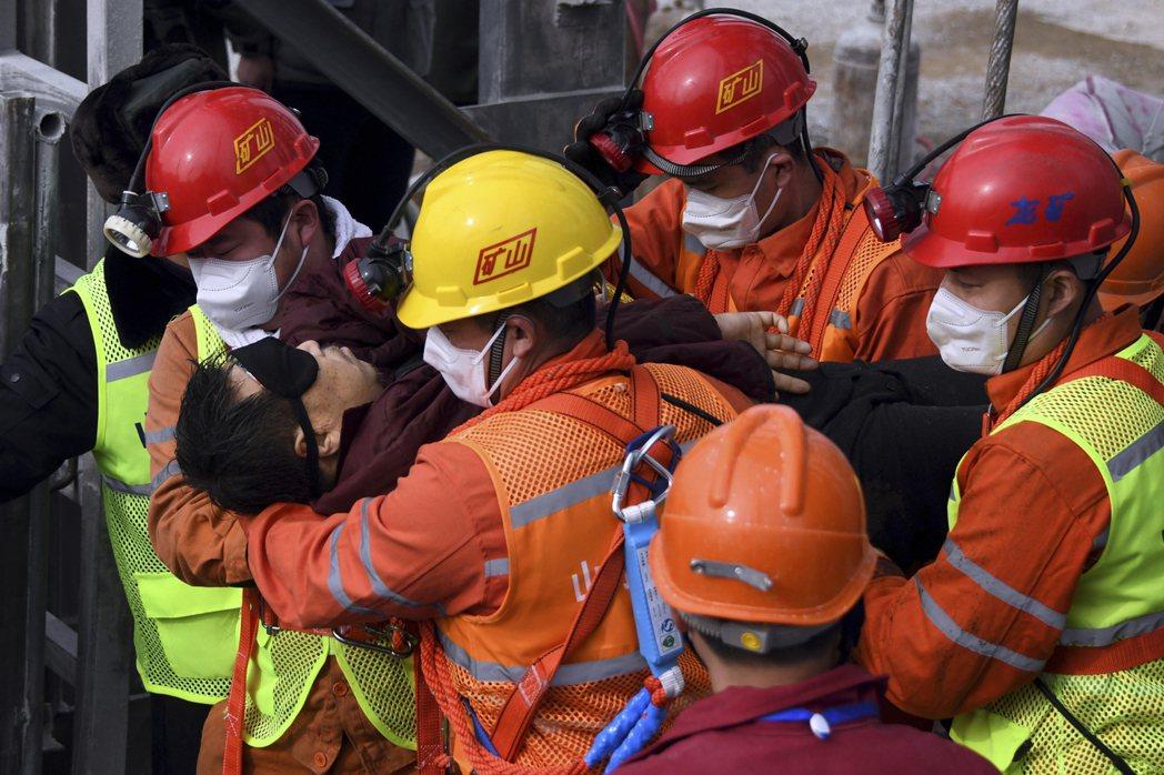 爆炸發生始料未及,迅速毀損井筒內的梯子以及罐籠(井下發生災害時的輔助撤離通道)、...