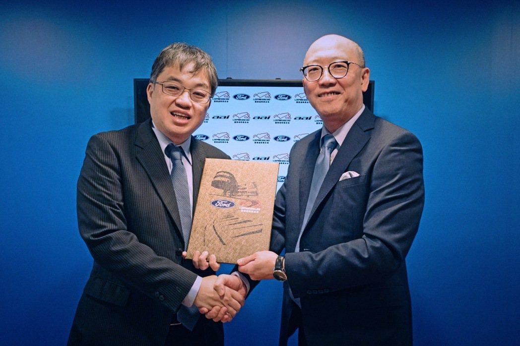 麗寶渡假區副董事長陳志鴻(右)與福特六和汽車營銷服務處副總經理蘇嘉明正式確認合作...