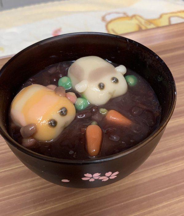 利用類似年糕、粉圓的原料做出的鼠鼠車,在紅豆湯裡面愜意的泡著。 圖源:みそはるく