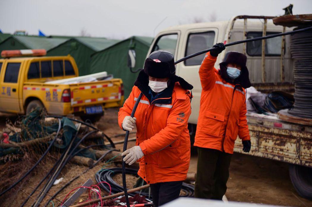 棲霞市緊急管理部門在1月25日召開新聞發布會,除了為罹難的礦工默哀,也表示搜尋工...
