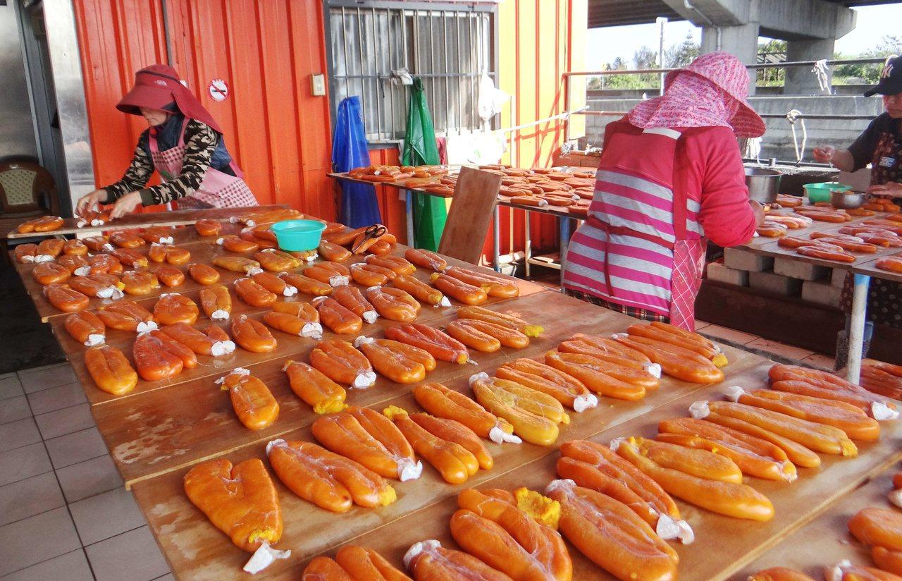 雲林海線的曬烏魚子和品嘗烏魚大餐,也是長青族一大享樂。 圖/蔡維斌 攝影