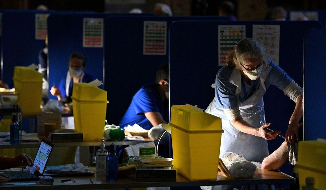 英國的狀態凸顯了疫情的緊急狀態,也帶來疫苗施打實驗的契機。 圖/法新社