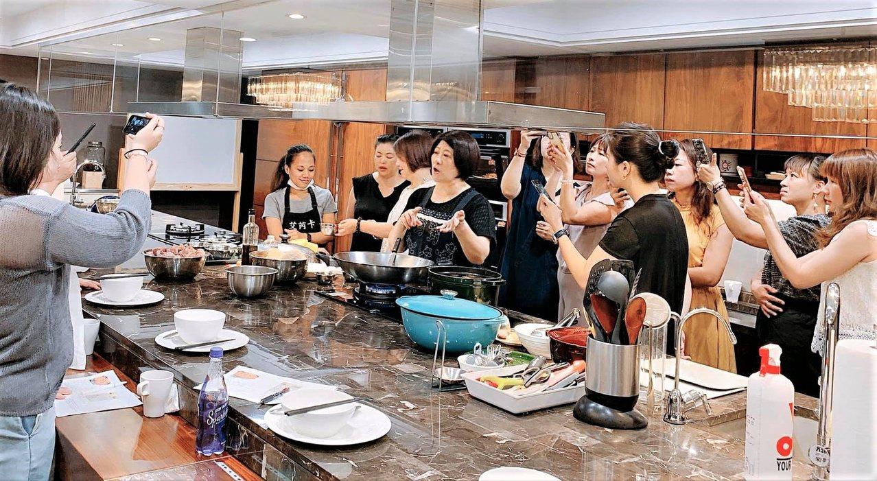 鄒碧玫(中)由空軍飛行員妻子變身為廚藝老師,開創出新事業。 圖/鄒碧玫提供