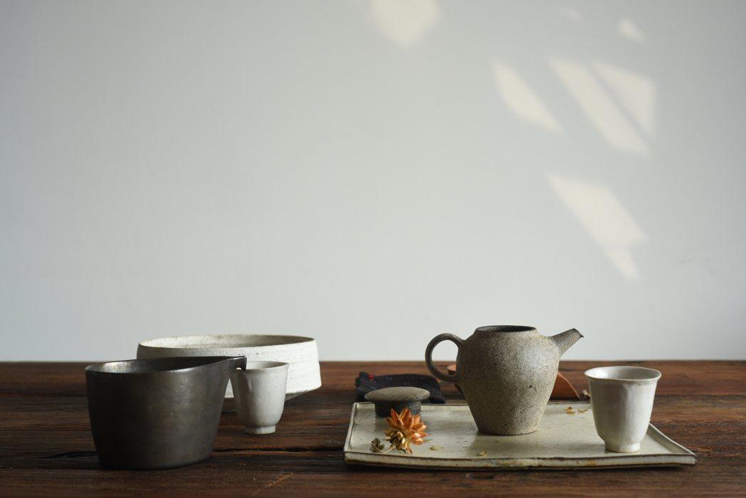 三徑就荒除了能夠體驗茶席之外,店裡也有許多藝術家的作品選物。 圖/三徑就荒提供