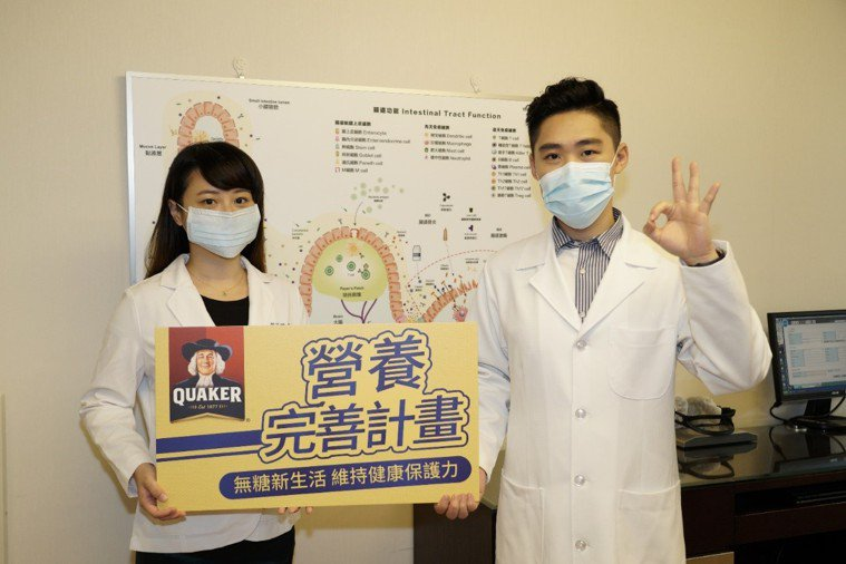 整合醫學博士歐瀚文醫師(圖右)表示,中高齡者應嚴格控制每日糖分攝取,以減少罹患脂...