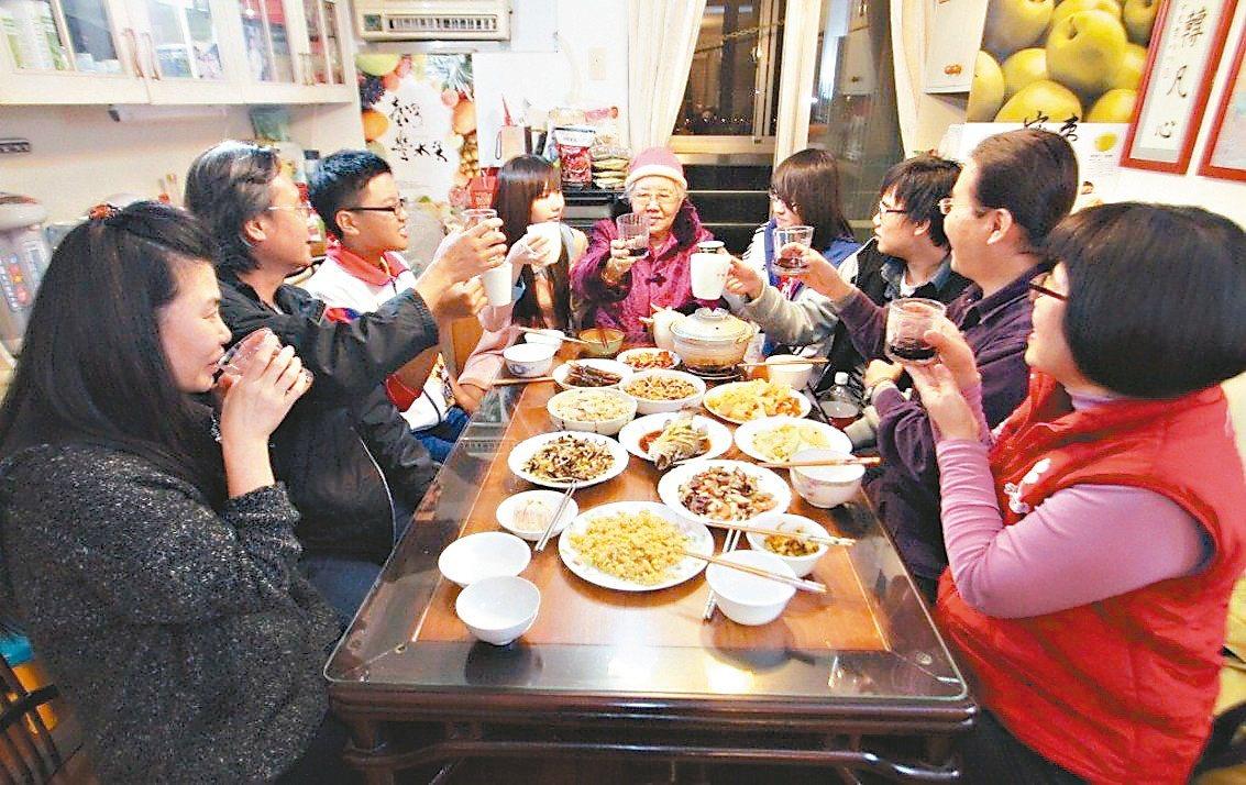 親朋好友相聚圍爐吃年菜為國人重要習俗之一 圖/報系資料照片