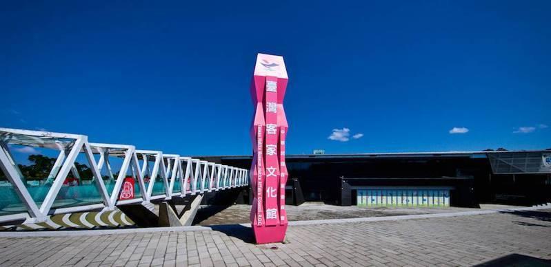 臺灣客家文化地標及入口空橋:到館必拍的地標及具有傳統門箋意象的入口空橋。