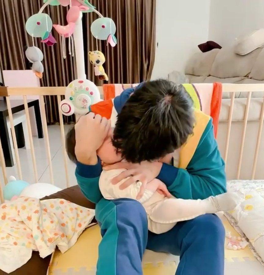 紀言愷用嘴幫女兒吸鼻涕。 圖/擷自紀言愷臉書