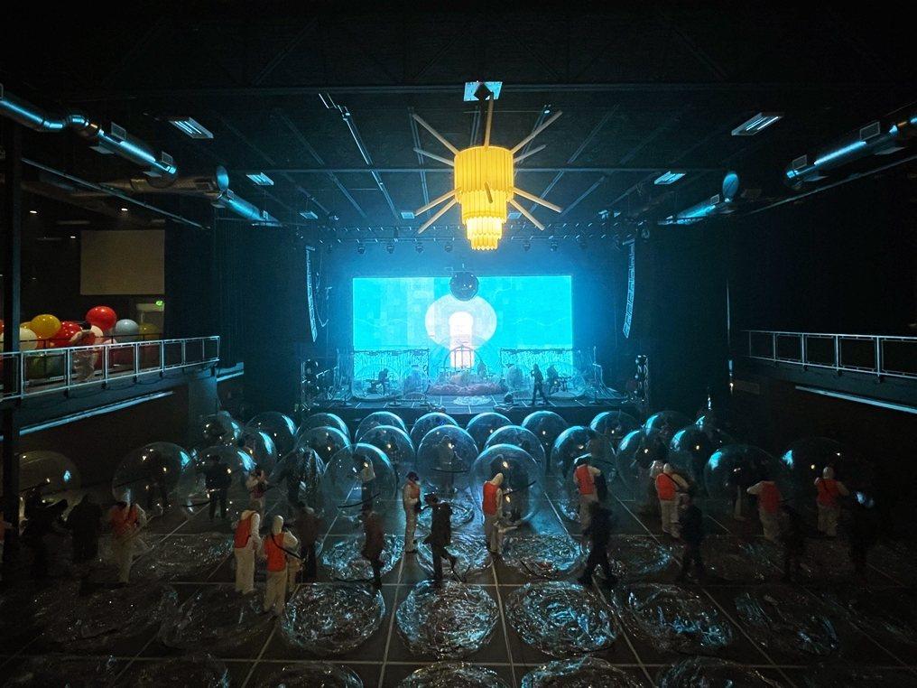 這樣的舞台設計,已經足夠讓聽眾有足夠的參與感,聽得到完整的現場音樂,並且全程保持...