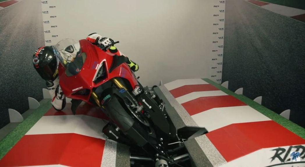 Moto Trainer全新的摩托車模擬器。 摘自Moto Trainer