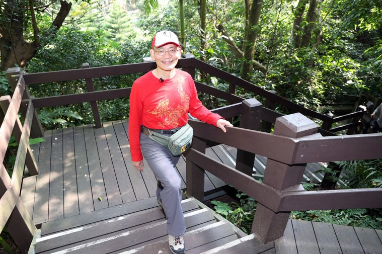 物理治療師簡文仁爬虎山溪,傳授如何爬山不受傷祕招。 記者曾吉松/攝影