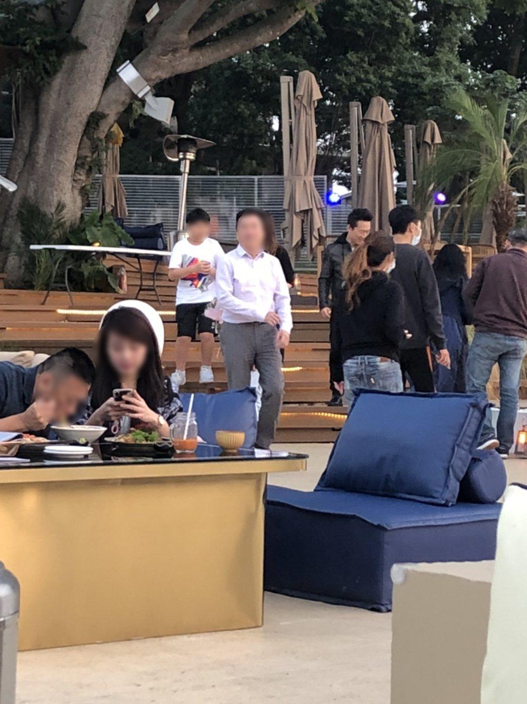 郭子乾(左5)跟朋友到陽明山著名餐廳用餐。圖/讀者提供