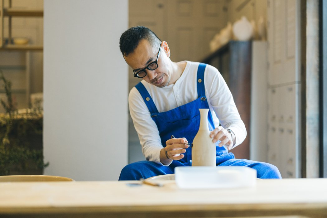 Marco相當投入在陶藝製作過程。Jimmy Yang/攝影