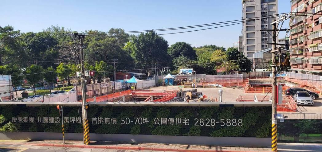 「川騰仰士林」位於劍潭捷運站旁、前港公園第一排。(圖/業者提供)