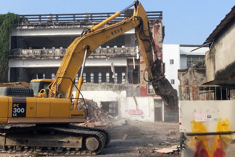 旗一辦事處其中一棟具文化價值的倉庫已被拆除,文化局依然不願重啟文資審議程序。 圖/作者提供