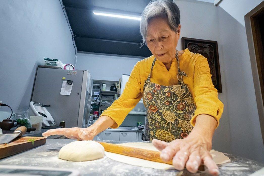 被許多網友稱作「培仁媽媽」的王培仁,退休前是國中學校的美術老師 圖/林旻萱 攝影