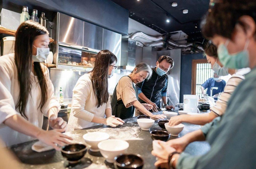 愛做菜也愛分享的王培仁,退休後,身分從美術老師轉變為料理老師,開啟人生第二春。 ...