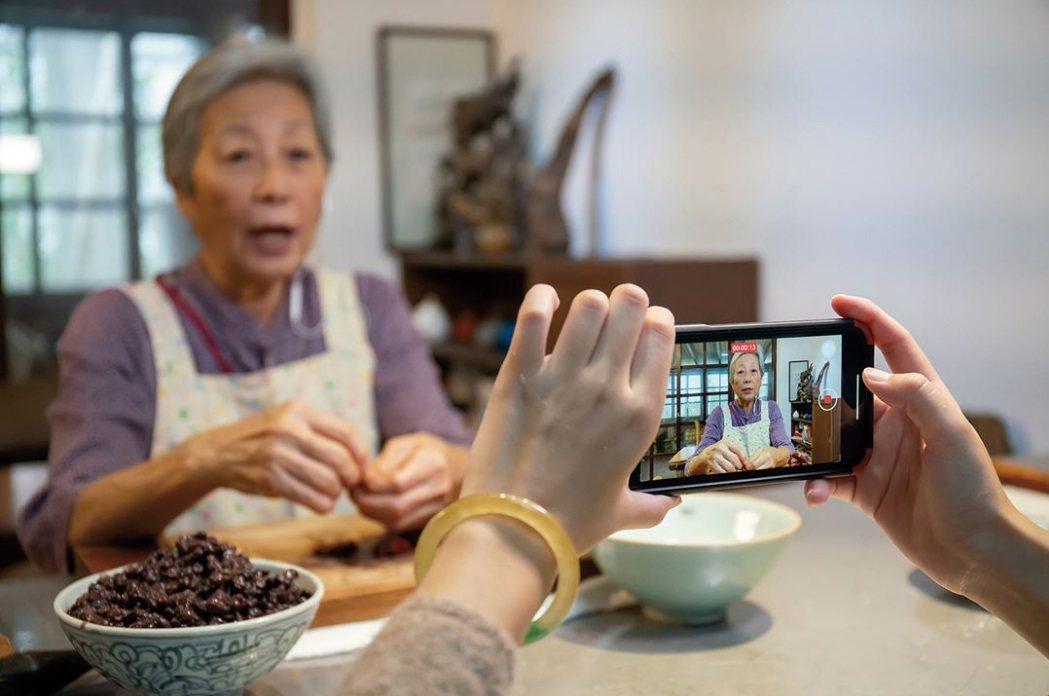 近年王培仁開始拍攝料理短片,傳授私房料理,拍攝工具雖然陽春,但實用的資訊與平易近...