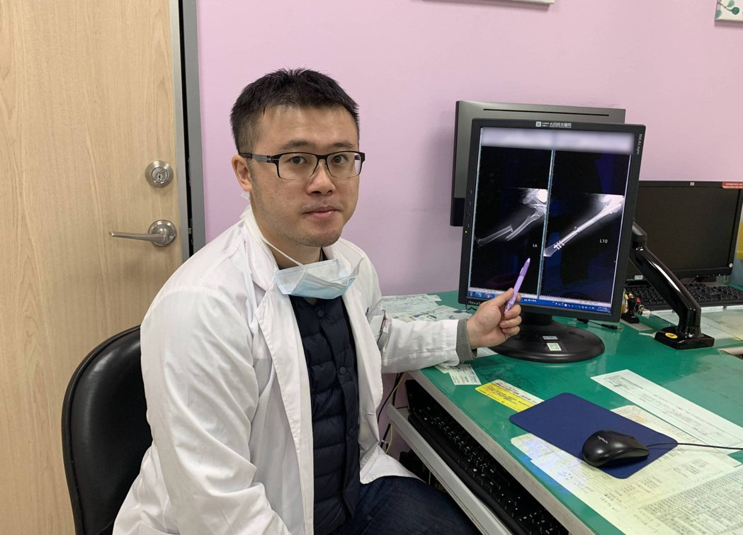 骨科醫師嚴可倫指出脂肪粒從斷骨處釋放散出。 光田綜合醫院/提供。