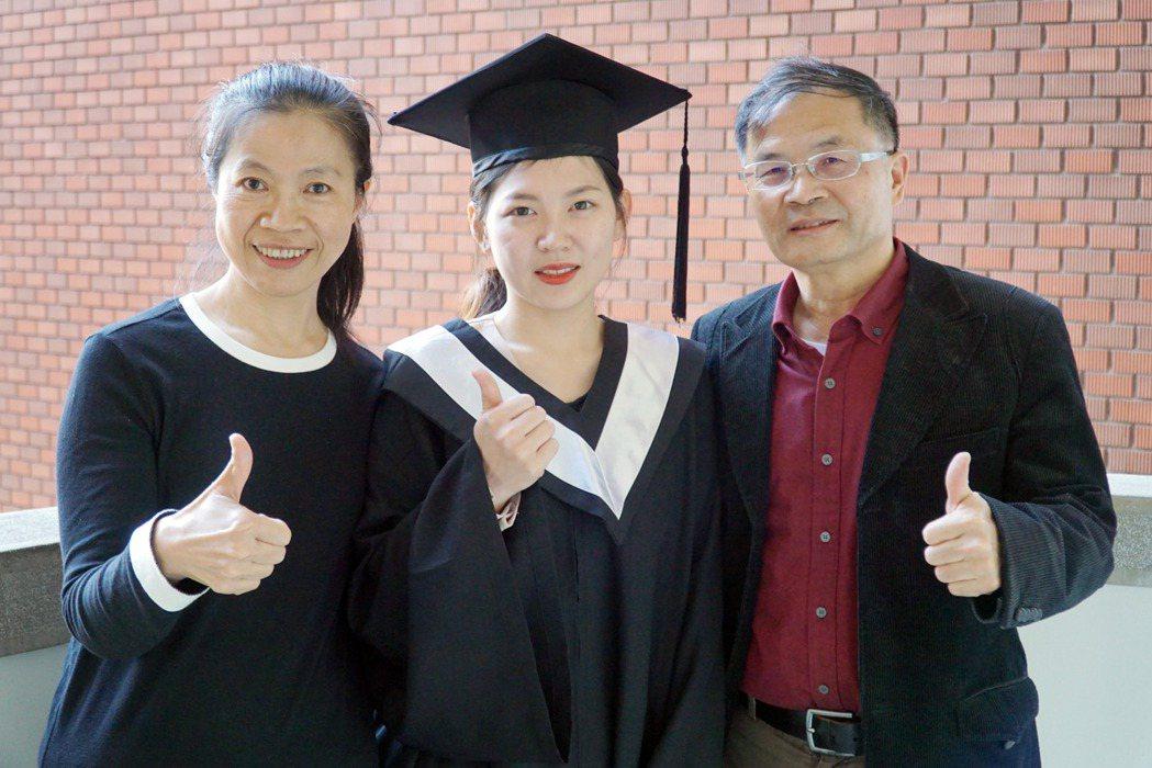 企管系徐雨婕(中)感謝曾清枝主任(右)、陳怡萍老師(左)大學期間的指導。 大葉大...