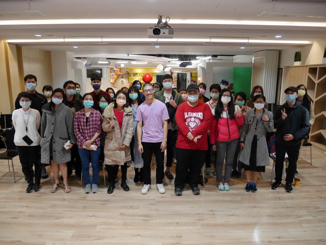 YS舉辦夜間活動,邀請到前太陽馬戲團表演者陳星合,藉由自身職涯經歷,親臨現場鼓舞...