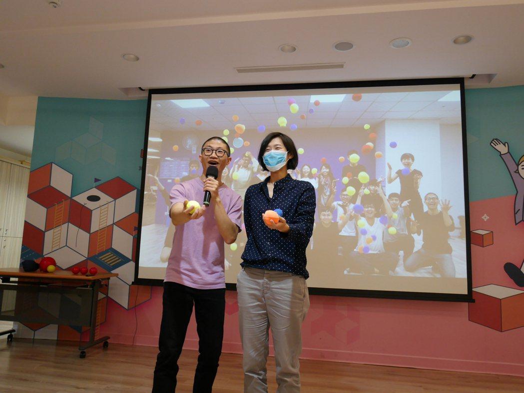 陳星合現場邀請同學,上台一同學習丟球表演。 勞動部YS/提供。