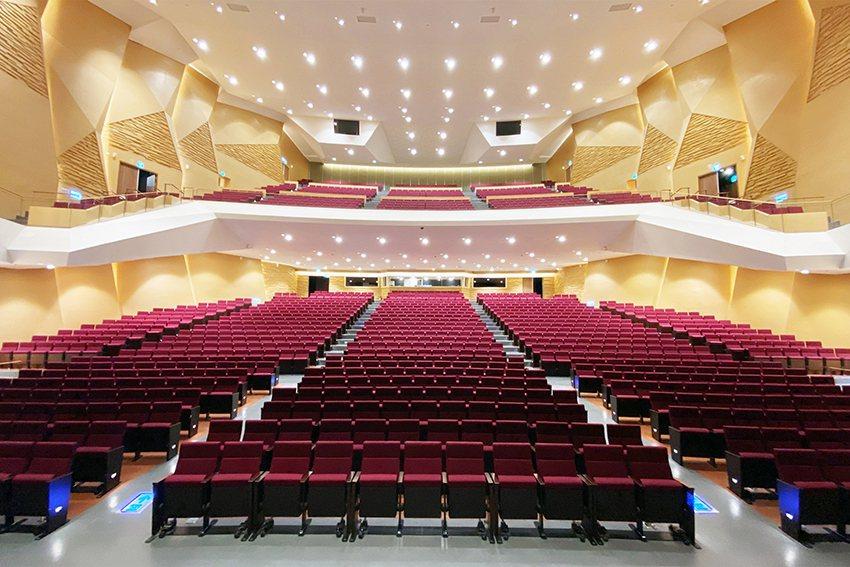 禮堂內可容納1,500個座位,織形錯落的聲學反射設計,具國際展演的一流水準。 中...
