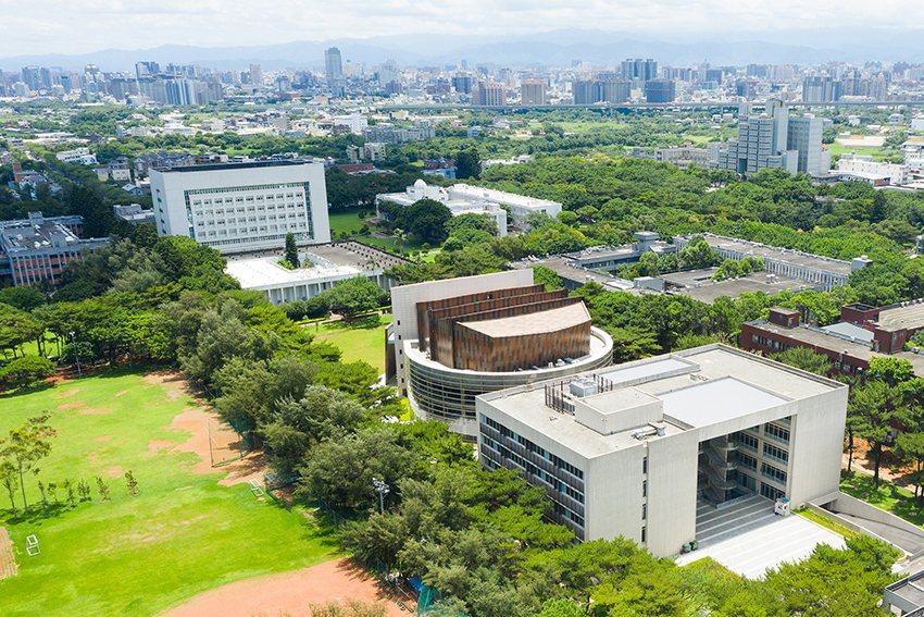 新完工的教學研究綜合大樓位於中軸線上,大禮堂正好座落於校園中央,是校園人潮匯集流...