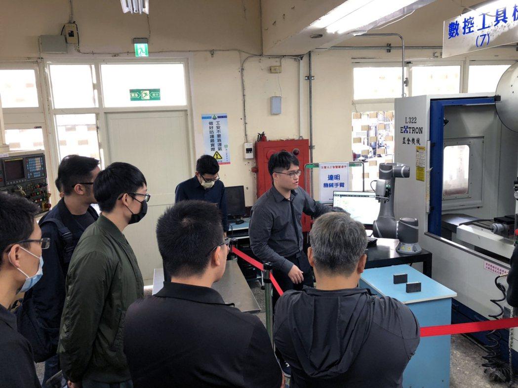 龍華科大機器人工程師培訓中心工程師,操作機械手臂與工具機CNC上下料技術。龍華科...