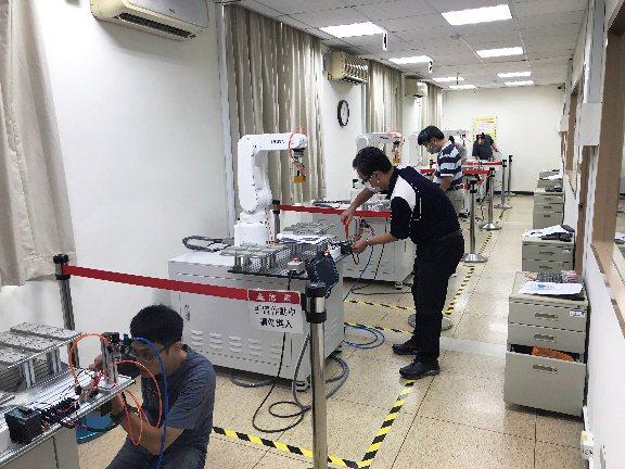 龍華科大是北部唯一機器人術科合格場域,圖為學子參加iPAS機器人工程師術科考試實...