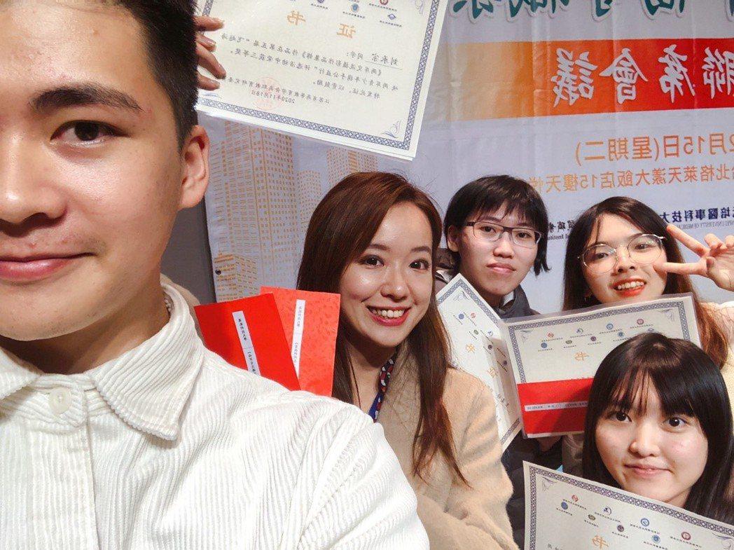 獲獎的商設系學生劉承宗(左)感謝隋馥年老師(中)的指導與支持。 萬能科大/提供。