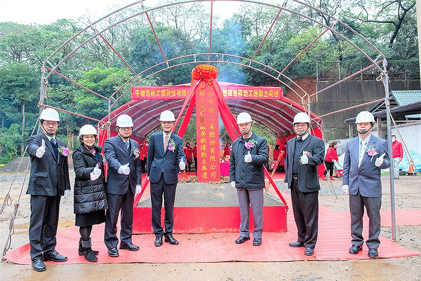 千如董事長徐明恩(左四)、總經理范良芳(左三)主持動土典禮。 千如公司/提供